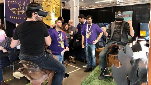 Des hommes testent un jeu en réalité virtuelle lors du salon de jeux vidéo MEGAMIGS 2019.