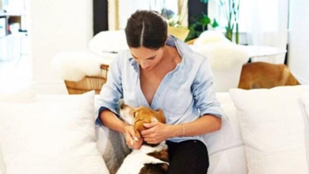 Meghan Markle, assise sur un divan avec son chien