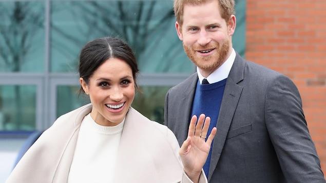 Le couple salue les photographes.
