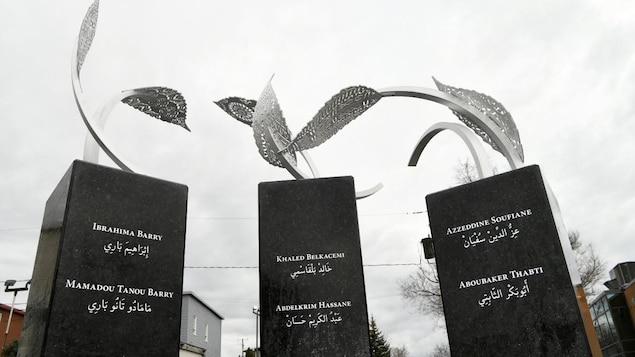 Des pierres avec le nom des victimes de l'attentat de la Grande Mosquée de Québec.
