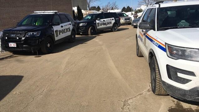 Voitures de police à l'École Népisiguit de Bathurst