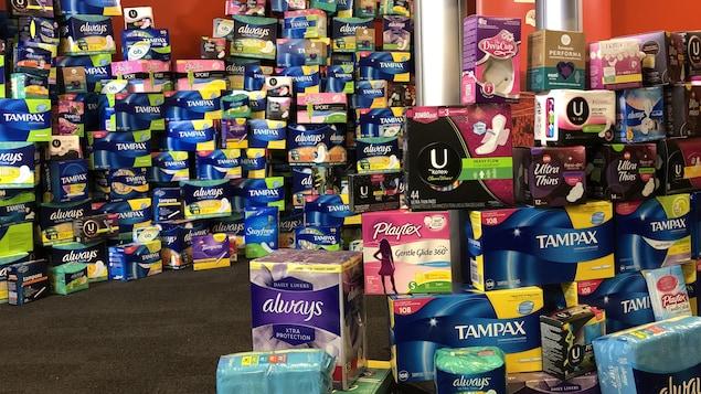 Des pyramides de produits menstruels.