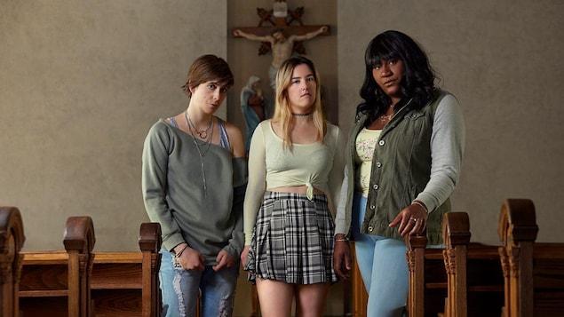 Trois femmes se tiennent debout dans une église.