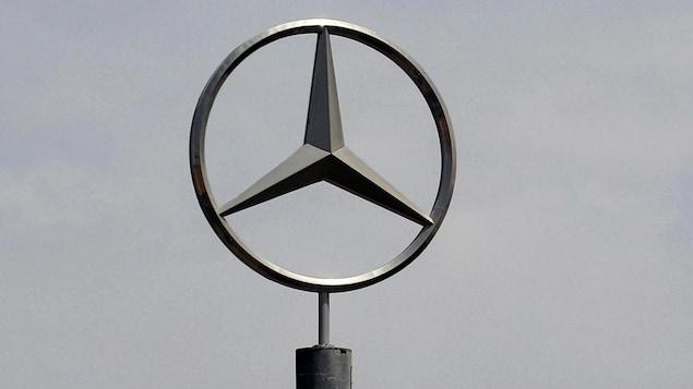 Le logo en métal de la voiture