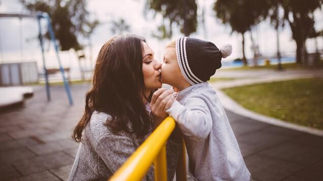 Une mère embrasse son fils.