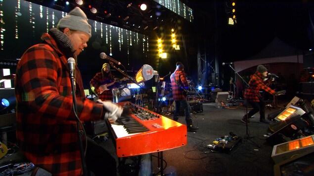 Le groupe Mes Aïeux se produit sur scène pour célébrer le passage à l'an 2018.