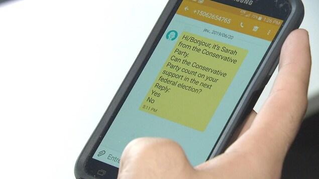Un message texte de « Sarah » du Parti conservateur fédéral sur le téléphone d'une femme du Nouveau-Brunswick.