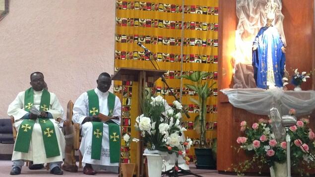 À l'église Notre-dame-d'Afrique de Montréal, les murs sont recouverts de wax.
