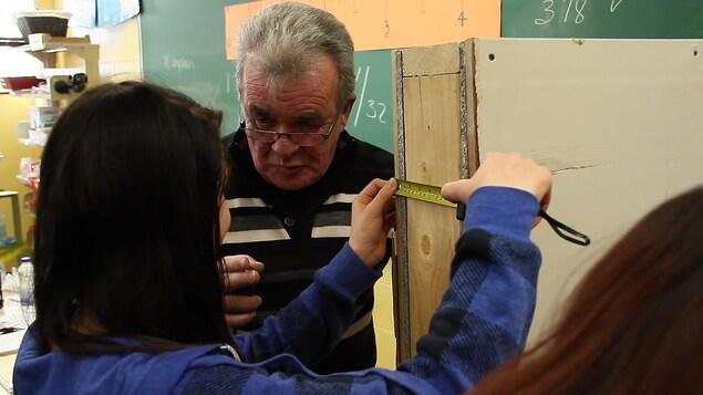 Le père de Bianca Cliche, un entrepreneur en construction, est venu donner un atelier où les élèves ont eu à mesurer tout ce qu'on retrouvait en classe.
