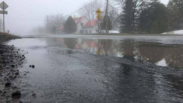 Une rue remplie d'eau