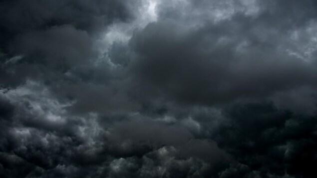 Des nuages sombres.
