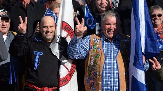 Des Métis avant le jugement de la Cour suprême, le 14 avril 2016.