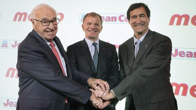 Jean Coutu, Éric La Flèche et Francois Coutu se tiennent par la main.