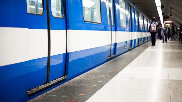 Un métro en gare.