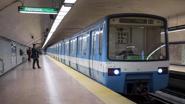 Un quai du métro de Montréal.