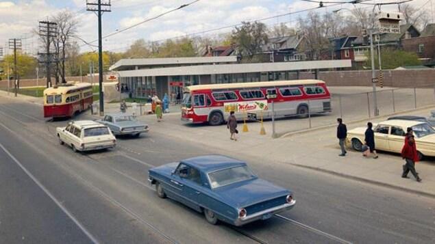 La station vue de haut avec des bus et des voitures sur la route