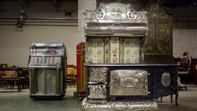 Un poêle Royal Bélanger trône dans un entrepôt regroupant une centaine d'articles ayant apparus dans des émissions-phares de Radio-Canada depuis les années 1950.
