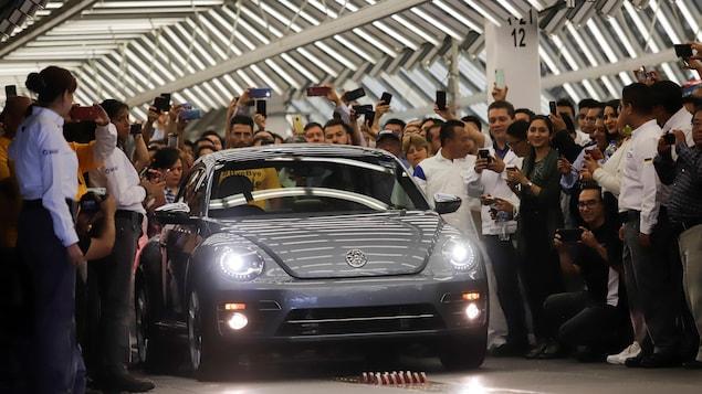 Les employés de l'usine de Volkswagen, à Puebla au Mexique, soulignent la fin de la production des Coccinelles.