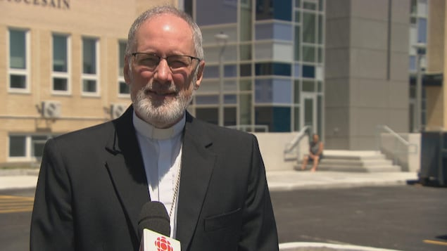 L'archevêque de Gatineau, Mgr Paul-André Durocher en entrevue à Radio-Canada.