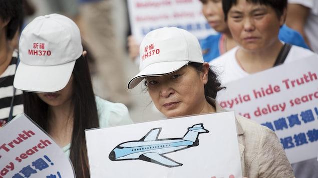 Depuis la disparition de l'avion en 2014, des proches des victimes organisent ponctuellement des manifestations pour réclamer plus d'efforts des autorités pour retrouver l'appareil.