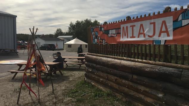 Banderole avec le titre Miaja posée sur une clôture de bois.