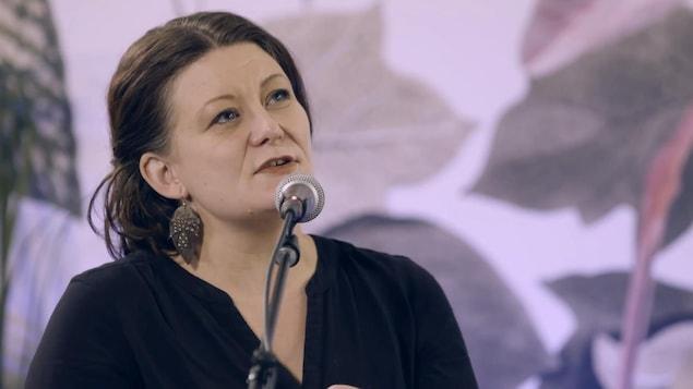 L'auteure-compositrice-interprète Micha (Micheline Girardin) au micro de Vos idées en chansons.