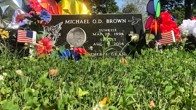 La tombe fleurie de Michael Brown.