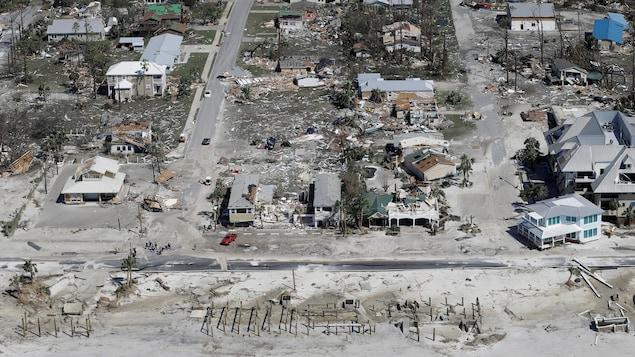 Des rues jonchées de débris de maisons soufflées par le vent.