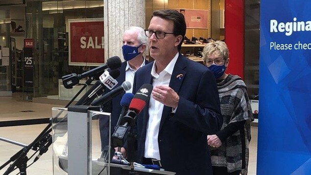Le maire de Regina qui fait un discours dans un centre commercial.