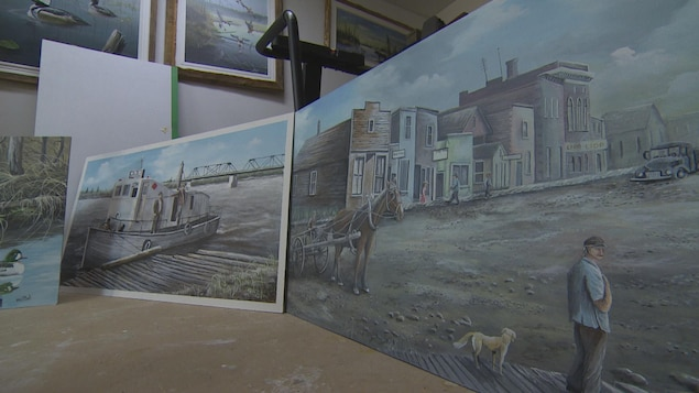 Des peintures représentant une ville d'époque et un bateau.