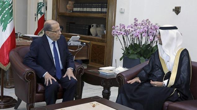 Michel Aoun et Walid Al-Bukhari discutent.
