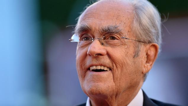 Le compositeur sourit lors d'un tapis rouge à la Mostra de Venise, en 2014.
