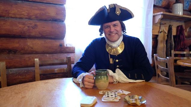 Michel Loiselle habillé en costume de capitaine de l'ancienne armée coloniale française.