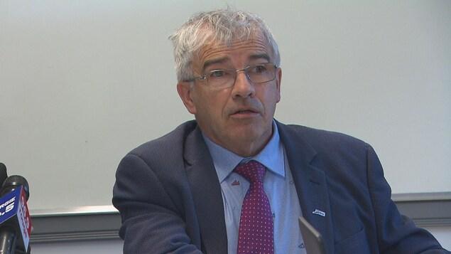 Le conseiller municipal Michel Potvin s'exprime devant les médias.