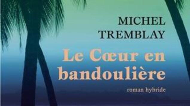 La couverture du livre Le Coeur en bandoulière qui représente des palmiers sur une plage, le tout en couleurs arc-en-ciel.