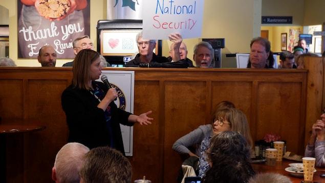 La représentante démocrate Elissa Slotkin rencontre des électeurs dans un restaurant.