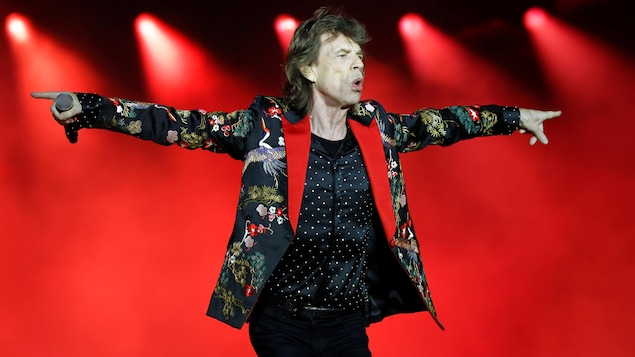 Le célèbre chanteur danse sur scène.