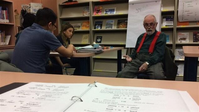 Mick Mallon, 83 ans, enseigne l'Inuktitut au Nunavut Arctic College d'Iqaluit.