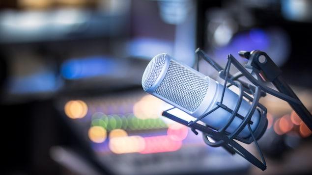 Un micro dans un studio de radio.