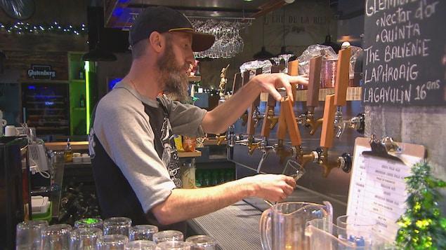 Vladimir Antonoff verse une bière au bar.