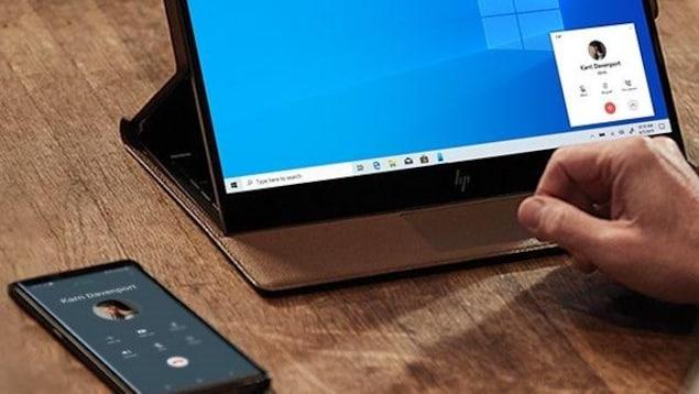 Un téléphone Android qui passe un appel depuis un ordinateur Windows 10.