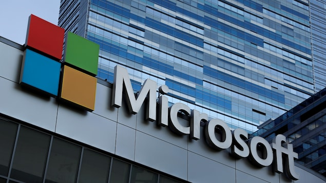 Un immeuble au logo de Microsoft