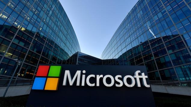 Le logo de Microsoft entre deux immeubles vitrés.
