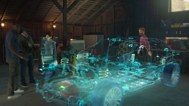 Des hologrammes de personnes sont autour de l'hologramme d'une voiture.