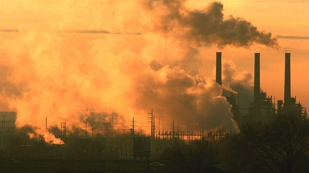 Des cheminées industrielles polluantes