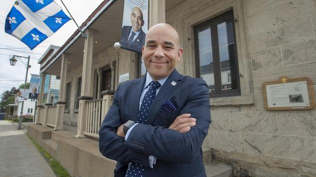 Christopher Skeete posant devant son bureau à Laval.