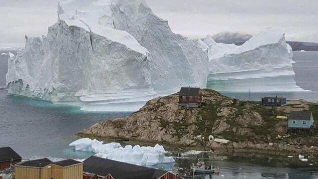 Un iceberg de 11 millions de tonnes s'est installé très près des côtes du village d'Innaarsuit sur la côte nord-ouest du Groenland.
