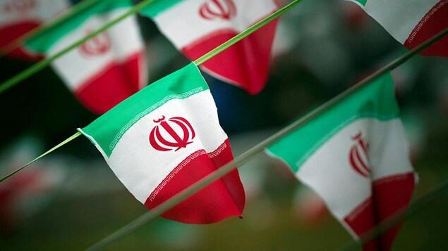 Plusieurs drapeaux officiels de l'Iran.