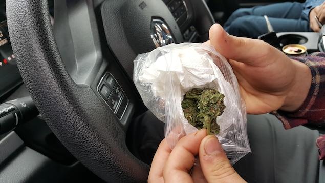 Un conducteur consommant du cannabis au volant