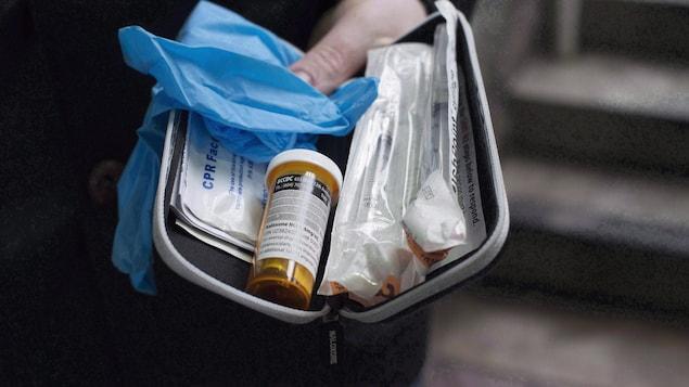 Une trousse à base de naloxone en cas de surdose au fentanyl.